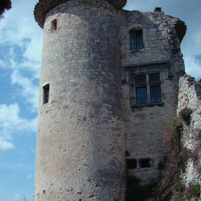 Dans les ruelles médiévalesde Poët-Laval au pied d une tour