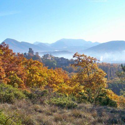 Paysage de Poët-Laval, les montagnes, collines, la nature et le village