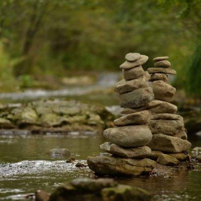 Instant zen, la riviere et le cairn, crédit photo Christophe Ortega