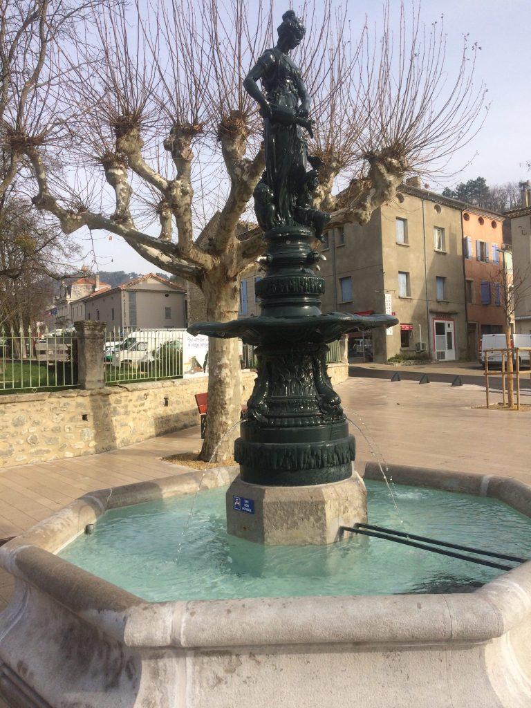 Fontaine au centre ville de la Bégude de Mazenc