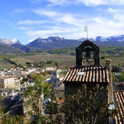 La viale de Bourdeaux - le clocher - les montagnes